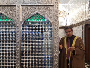 الصورة عند ضريح الشيخ عبد القادر الجيلاني